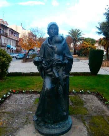 Estátua de Maria Mantela em Chaves Portugal
