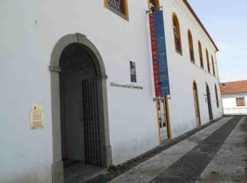 Entrada da Biblioteca Municipal de Montemor-o-Novo (antigo Convento de São João de Deus)