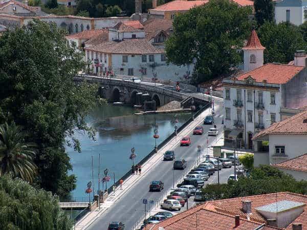 Cidade de Tomar - o rio, a ponte e o castelo dos templários lá em cima