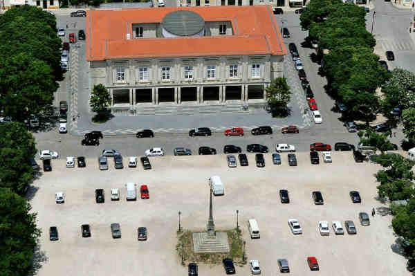 Edifício do Palácio da Justiça e Padrão Filipino no centro da Praça
