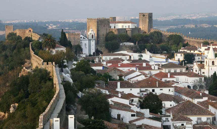Castelo e cerca da vila muralhada