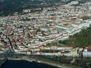 Fotografia aérea de Coimbra - Consegue-se visualizar o Rio Mondego, o Parque e a Universidade