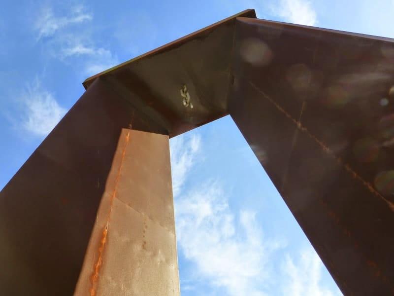 Estátua da Liberdade (Monumento ao 25 de Abril de Viana do Castelo), vista de baixo para cima