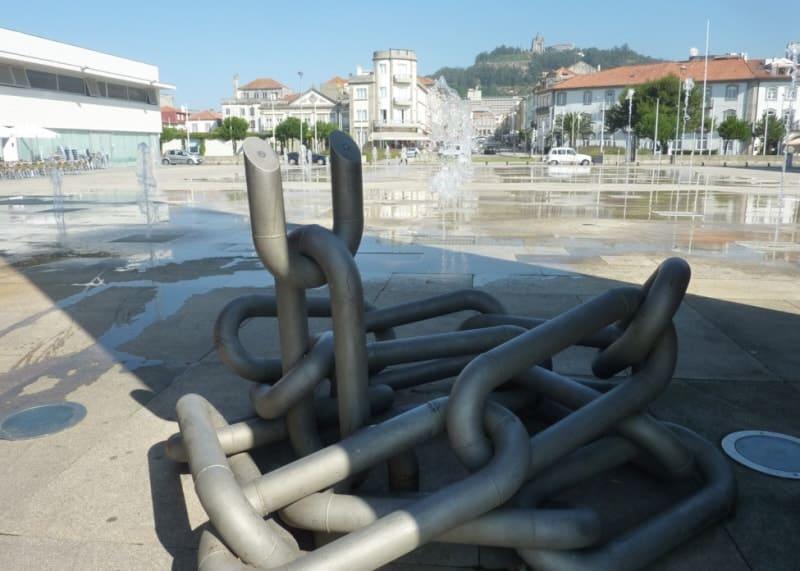 As correntes que prendiam a liberdade e que o 25 de abril quebrou