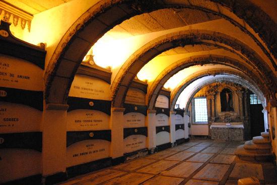 Túmulos de outros benfeitores do convento de São Francisco.