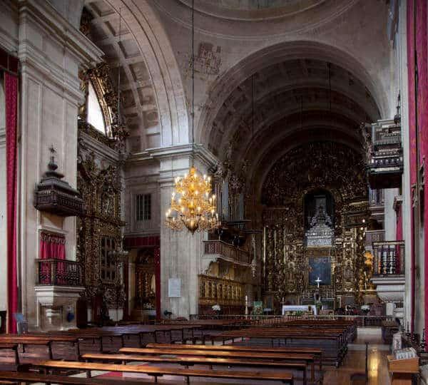 Vista do interior da igreja, altar principal e altar lateral.