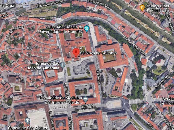 Mapa com vista aérea centrado na localização da igreja e colégio da Sé Nova, em frente à Faculdade de Medicina.