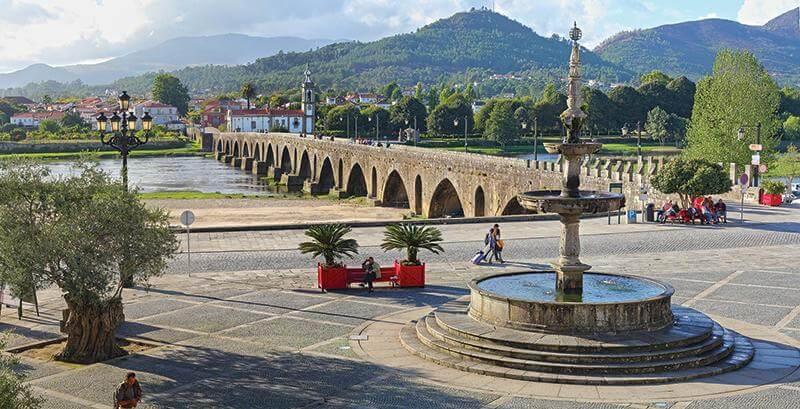 Vista da ponte romana de Ponte de Lima desde o Largo de Camões