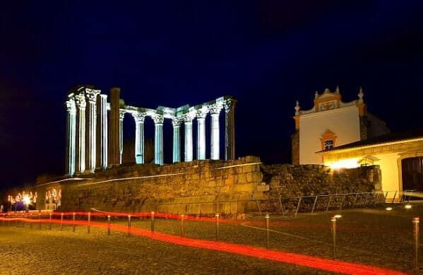 Vista do mais emblemático monumento de Évora à noite.