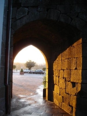Antiga porta da muralha (por baixo da torre da cadeia)